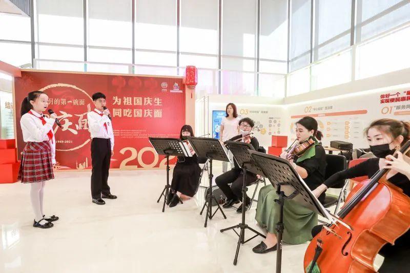 上海民办光华中学我与国旗合影 与国旗同框,为祖国点赞!